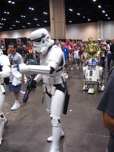 Entourage escort C-3PO and R2-D2