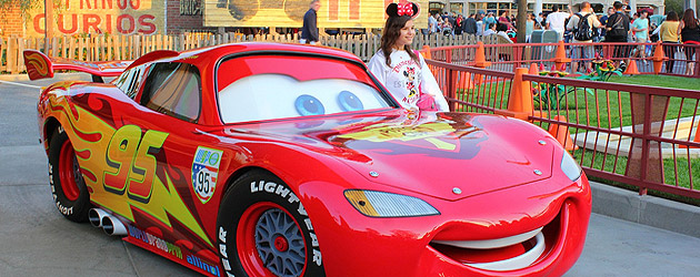 Cars land characters lightning mcqueen and mater talk with disneyland guests red and dj offer - Auto flash mcqueen ...