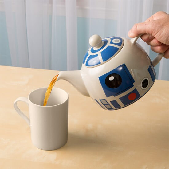 iqhq_r2-d2_ceramic_teapot_inuse