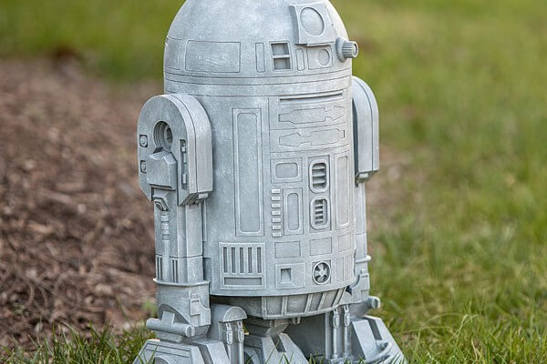 issh_sw_r2-d2_lawn_ornament_16in_inuse