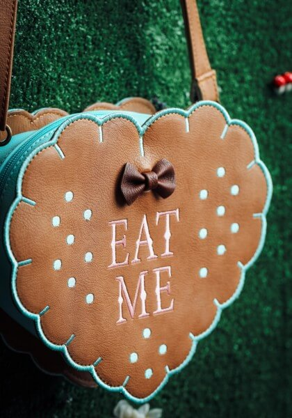 loungefly-alice-in-wonderland-eat-me-cross-body-purse2