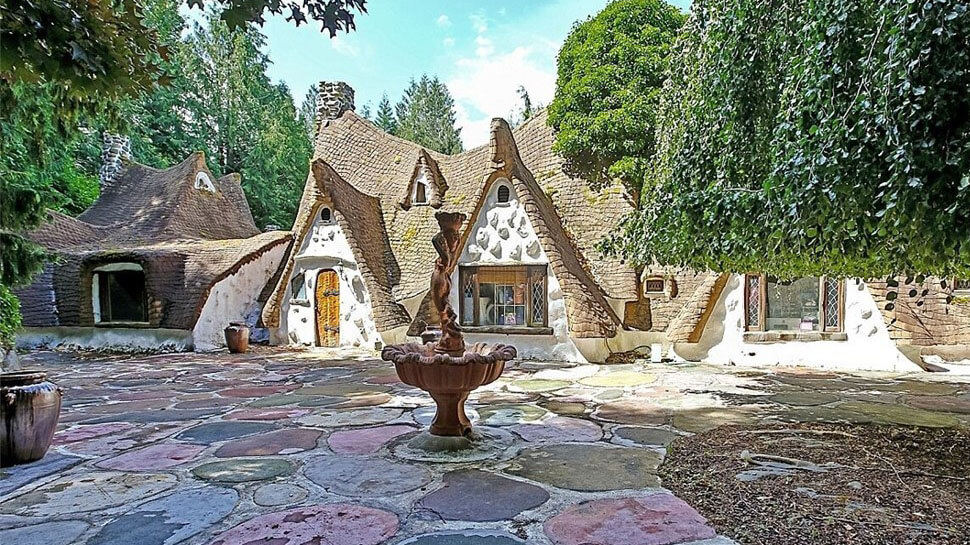 Snow white 39 s cottage inspired house is the perfect disney for Snow white cottages los angeles