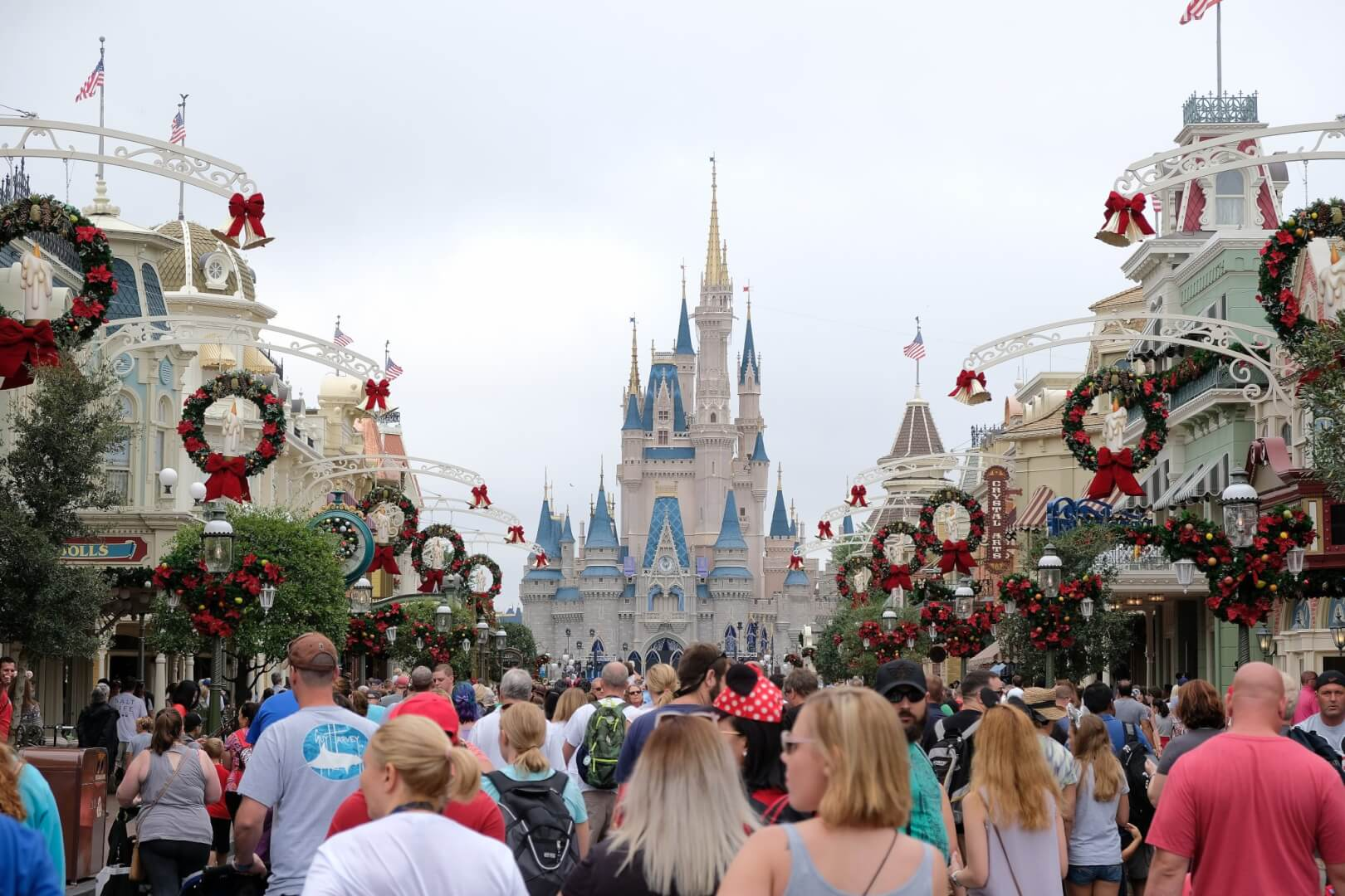 Christmas 2017 Decorations arrive as Magic Kingdom ...