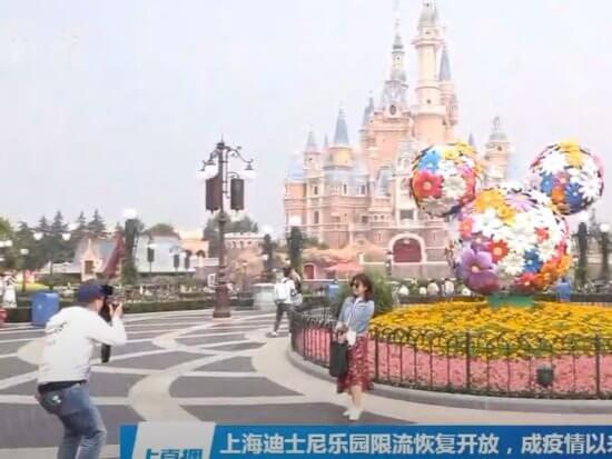 Photo of guest without mask getting a photo at Shanghai.