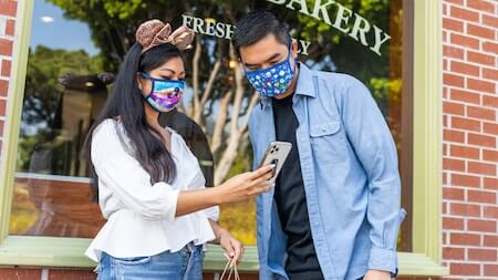 couple-using-the-disneyland-app-on-smartphone