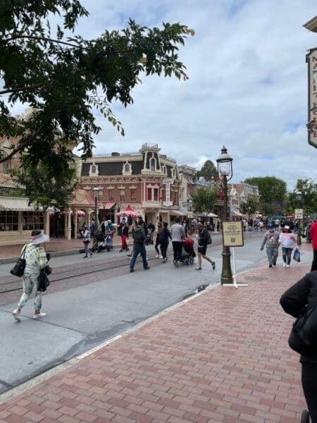 disneyland crowds main street
