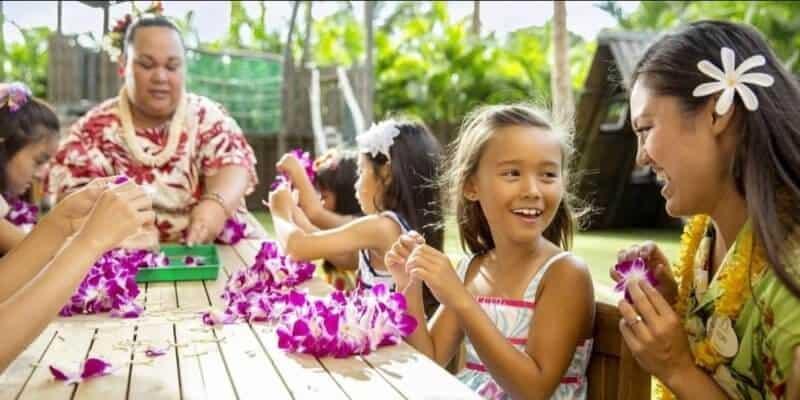 kids making leis at aulani