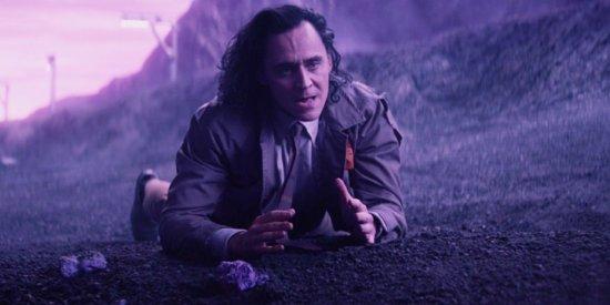 Tom Hiddleston as Loki-Episode-3-Loki-Falls-Off-TrainLoki-Episode-3-Loki-Falls-Off-Train