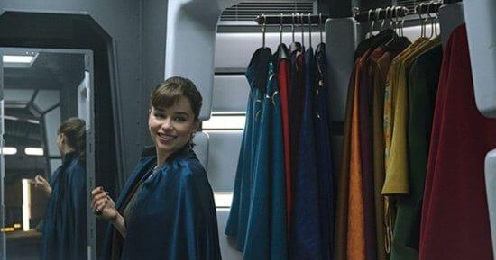 qi'ra wearing lando calrissian's cape