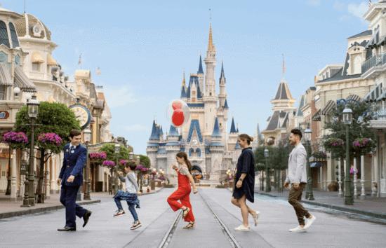 Familie voor het kasteel van Assepoester tijdens een VIP-tour door Disney World